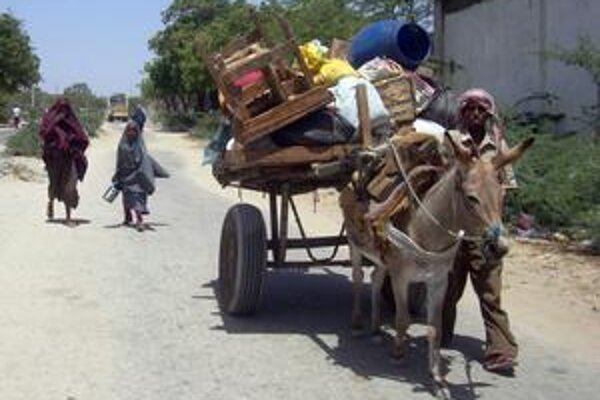 Civilisti opúšťajú nepokojné Mogadišo.