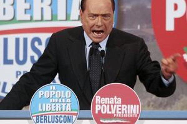 Kontroverzný Silvio Berlusconi je stále v Taliansku populárny.