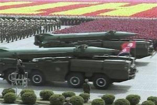 Severokórejské rakety počas vojenskej prehliadky.
