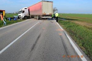 Kamión sa tu čelne zrazil s osobným autom.