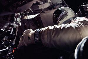 Astronaut Dick Gordon stojí v otvorenej kozmickej lodi v priebehu misie Gemini XI.