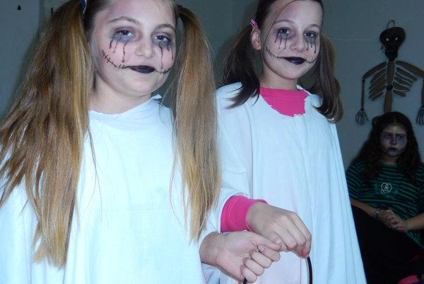 Cieľom večera vhalloweenskom štýle bolo samozrejme, čítanie strašidelných kníh. Aj takýmto štýlom k nemu deti pritiahli.