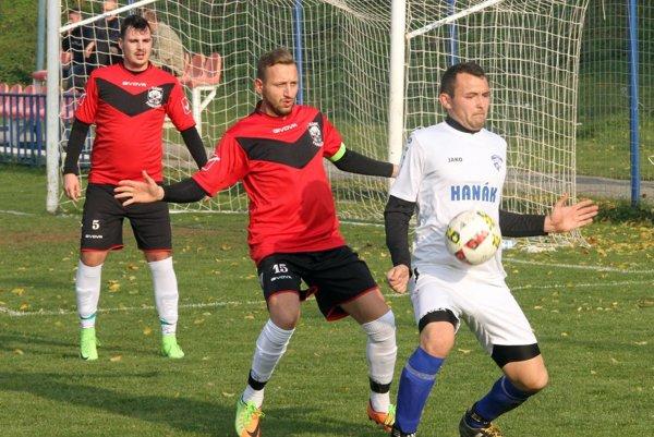 Skóre zápasu otváral domáci Juraj Hanák (v bielom).