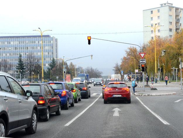 """Križovatka pri nemocnici. Koľajový prejazd uzavrú. V blízkosti vzniknú """"prepichy"""", aby sa dalo dostať autami od Ipeľskej aj Ondavskej na druhú stranu Triedy SNP."""