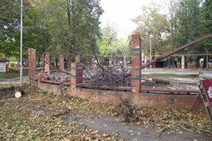 Stĺporadie poškodil spadnutý strom.