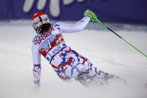 Petra VLhová prechádza cieľom druhého kola slalomu vo fínskom Levi.