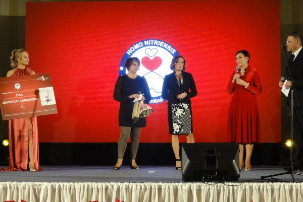 Margita Štefániková (druhá sprava) symbolický šek odovzdala Anne Maťovej (vedľa nej), za dar vmene rodičov klientov poďakovala Marta Miklušová (druhá zľava).