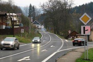 Hlavná cesta je po novom smerom do Hruštína, vedľajšia z Dolnej Lehoty.