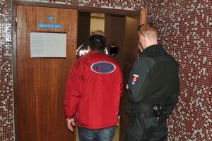 Ruslan na súde. Priviedla ho eskorta.