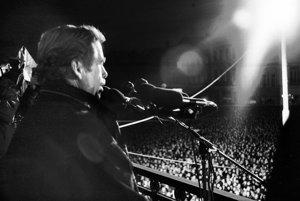Václav Havel v Košiciach. 20. decembra prehovoril z balkóna vedeckej knižnice.