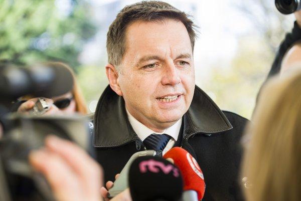 Minister financií SR Peter Kažimír prichádza na 77. schôdzu vlády SR v Bratislave.