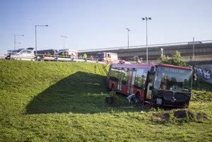 Nehoda autobusovej linky 70, ktorá po zrážke s autom pod Prístavným mostom skončila mimo cesty.