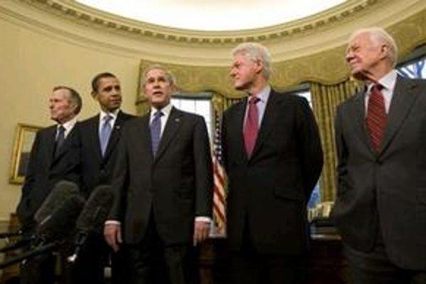 V Bielom dome sa včera stretli americkí lídri. Traja bývalí prezidenti, jeden, ktorý z Bieleho domu odchádza, a ďalší, ktorý ho má o dva týždne nahradiť. Zľava George  Bush starší, Barack Obama, George Bush mladší, Bill Clinton a Jimmy Carter.