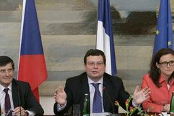 Alexander Vondra (v strede) sa vo štvrtok ospravedlnil za umelecké dielo Davida Černého