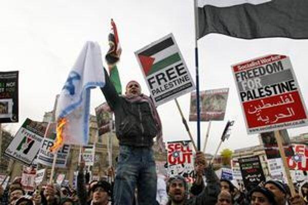 V Londýne počas propalestínskej demonštrácie zatkli stovky protestujúcich.