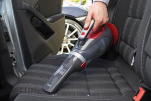 Black+Decker ADV1200 - Šikovný ručný vysávač na drobné nečistoty v aute. V balení dostanete aj hadicu, rôzne nástavce, či tašku. Obchod mall.sk ho ponúka za 34,60 eur.
