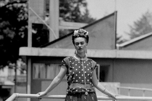 Na archívnej snímke z 14. apríla 1939 maliarka a surrealistka Frida Kahlo pózuje vo svojom dome v Mexico City.