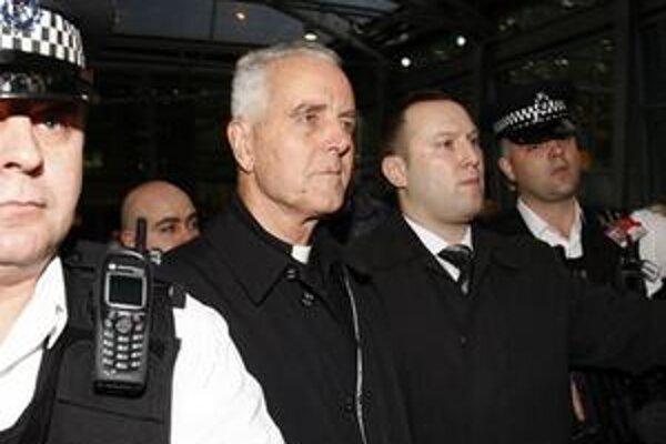 Biskup Richard Williamson (druhý zľava), je eskortovaný políciou z letiska Heathrow po pristátí lietadla v Londýne.