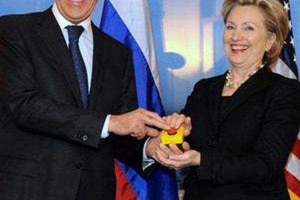 Americká ministerka zahraničných vecí Hillary Clintonová (vpravo) sa usmieva so svojím ruským rezortným partnerom Sergejom Lavrovom po tom, ako mu predviedla zariadenie s červeným gombíkom na resetovanie vzťahov počas ich stretnutia v Ženeve.