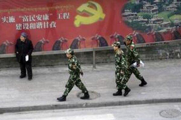 Tibetskočínske mesto Kchang-ting je pre cudzincov dočasne uzavreté. V uliciach hliadkujú vojaci.