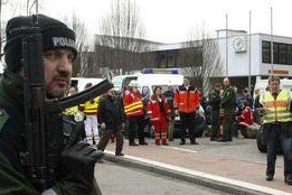 Policaj hliadkuje pred školou, v ktorej sa odohrala tragédia.