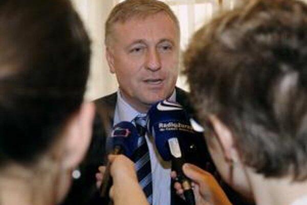 Možnosť pádu vlády otvorene pripúšťa aj samotný premiér Topolánek.