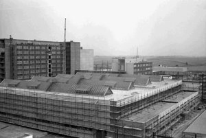 Z výstavby jadrovej elektrárne voronežského typu V 2 v Jaslovských Bohuniciach pri Trnave. Na archívnej snímke z 25. apríla 1978 zamestnanci Hydrostavu Bratislava dokončujú betonárske práce na základovej doske reaktorovne V 2.