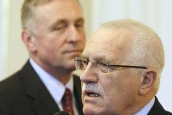 Český premiér Mirek Topolánek (vzadu) od štvrtku vládne v demisii. Prijal ju podľa ústavy prezident Václav Klaus.