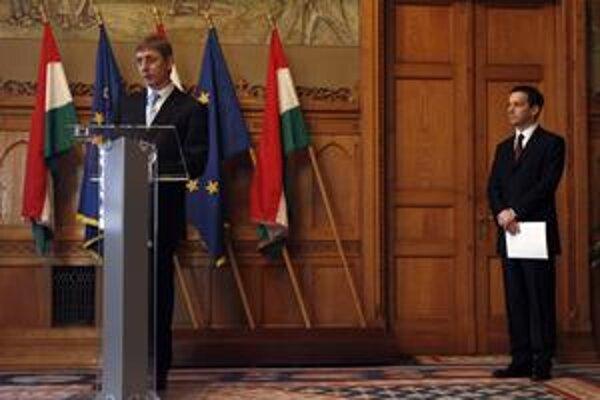Odchádzajúci premiér Ferenc Gyurcsány si za svojho nástupcu vybral svojho kamaráta a ministra národneho rozvoja Gordona Bajnaiho (vpravo). Nestranícky kandidát môže získať podporu parlamentu a uskutočniť potrebné ekonomické reformy.