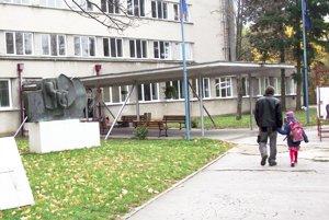 Pred budovou základnej umeleckej školy je už inštalovaný Kvet, ktorý stál v minulosti na Chrenovej I. Zostane tam.