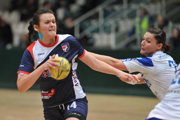 Tatiana Šutranová (s loptou). Patrí koporám prešovského tímu.