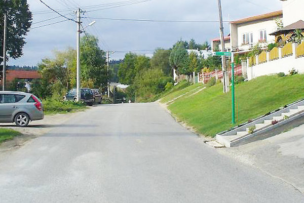 Cesta je na niektorých miestach úzka, chodník by sa zišiel.