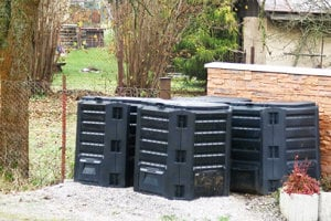 Kompostéry dokážu rozložiť biologicky odpad.