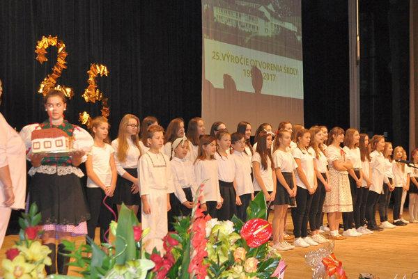 Súčasťou osláv jubilea bol kultúrny program, vktorom vystúpili žiaci školy.