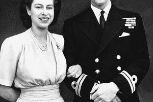 Na archívnej snímke z 10. júla 1947 britská korunná princezná Alžbeta a jej snúbenec Philip Mountbatten pózujú po oznámení o ich zasnúbení v Londýne.