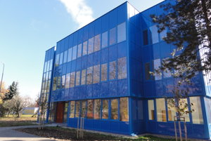 Budova, v ktorej budú laboratóriá, mala byť pôvodne o poschodie vyššia.