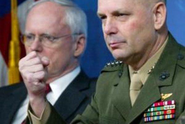 Generál James Cartwright (vpravo) predstavuje plán Pentagonu na zostrelenie družice.