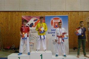 Tretí zľava bronzoví medailista Simon Kováč.