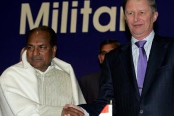 Indický minister obrany A. K. Antony a ruský minister obrany Sergej Ivanov.