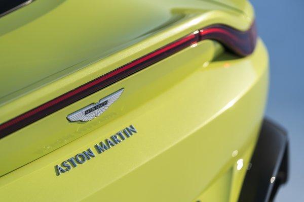 Ďalšie stovky miliónov majú podľa Mayovej investovať automobilky, napríklad Aston Martin.