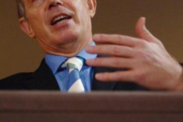 Tony Blair počas svojej každomesačnej tlačovej konferencie na Downing Street.