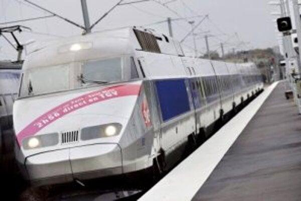 Vlak TGV prekonal v utorok svetový rekord, keď súprava pozostávajúca z dvoch lokomotív a troch vozňov dosiahla pri pokusnej jazde na trati Paríž - Štrasburg rýchlosť 553 kilometrov za hodinu.