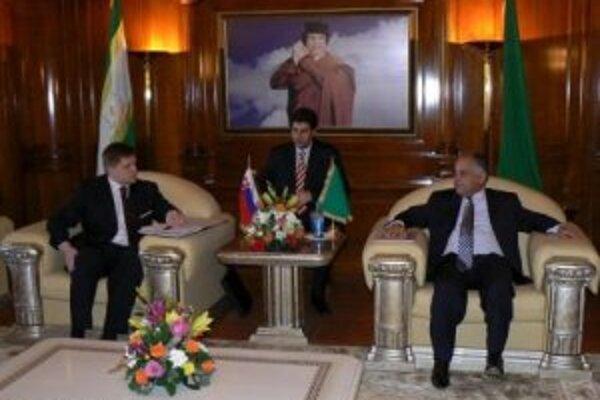 Slovenský premiér Robert Fico (vľavo) 21. februára 2007 počas oficiálnej návštevy Tripolisu rokoval s líbyjským predsedom vlády Bagdádím Alím Mahmúdím (vpravo).