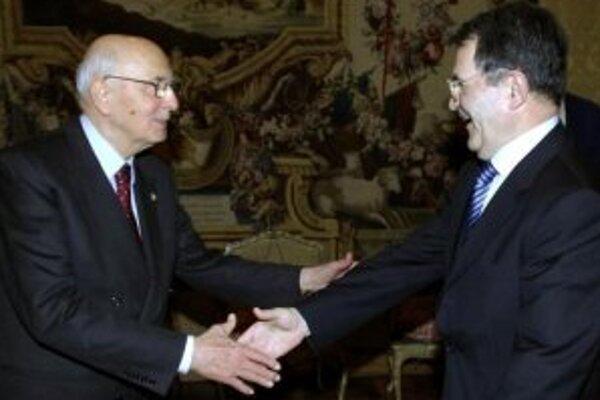 Taliansky prezident Giorgio Napolitano (vľavo) dnes požiadal Romana Prodiho, aby zotrval na poste premiéra a podstúpil nové hlasovanie o dôvere v parlamente.