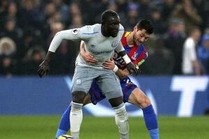 Útočník Evertonu Oumar Niasse (vľavo) dostal dvojzápasový dištanc za simulovanie.