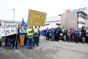 Pred spoločnosťou protestovalo zhruba 70 zamestnancov.