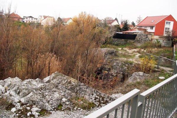 Rolfesova baňa je aj v dolnej časti ohradená plotom.