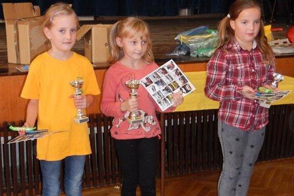 Janka Červeňová (v strede) pridala do zbierky Kysuckej šachovej školy pohár za prvé miesto.