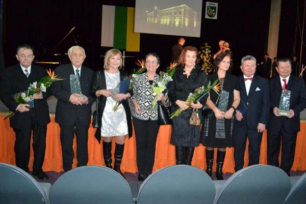 Ocenení. Vavrinec Vass (zľava), Karol Wielkievič, manželka Vincenta Lukáča, matka Valérie Vaškaninovej, dcéry Gabriela Hoffmanna, bratia Andrej a Miro Smolákovci.