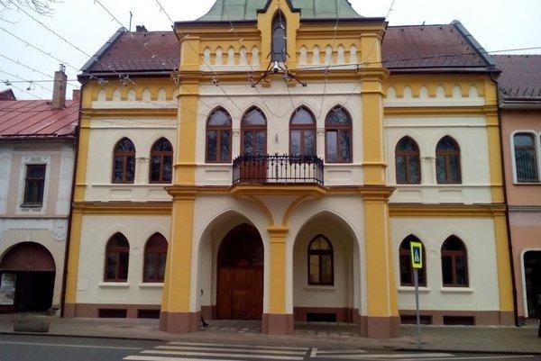 Historická budova. Fasáda prešla obnovou.